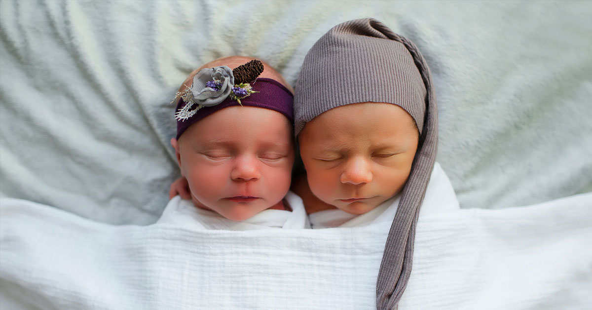 Photographer Captures Heart-Rending Photos of Baby Twins Days Before One Passed Away